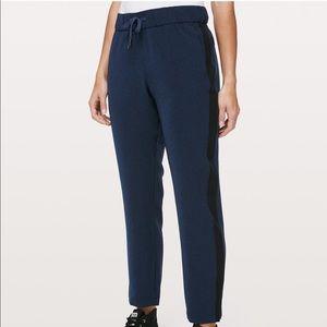 Lululemon On the Fly woven pant blue/black Size 4